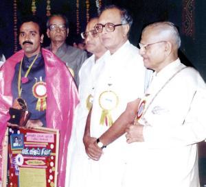 Vijay Siva receives the Isai Peroli from Kartik Fine Arts in 1995.
