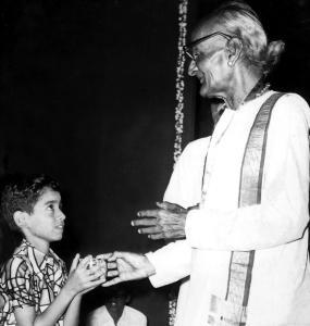 Vijay receives a prize from Nadaswara vidwan Thiruveezhimizhalai Subramania Pillai at the Tamil Isai Sangam in 1974.