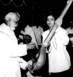 Vijay Siva receives the Rajaji Tambura prize from Dr.S.Ramanathan at the Tamil Isai Sangam in 1981.