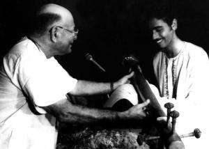 Vijay Siva receives a prize from Veena S.Balachander at the Indian Fine Arts Society