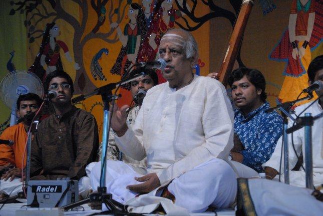 Akshay with his guru Shri P.S. Narayanaswamy. Also in the picture are Abhishek Raghuram and Kunnakudi Balamuralikrishna